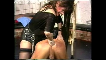 Domina puts slave in humbler for shocks